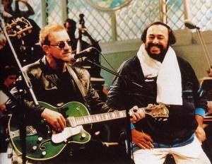 Bono y Pavarotti grabando la canción Miss Sarajevo